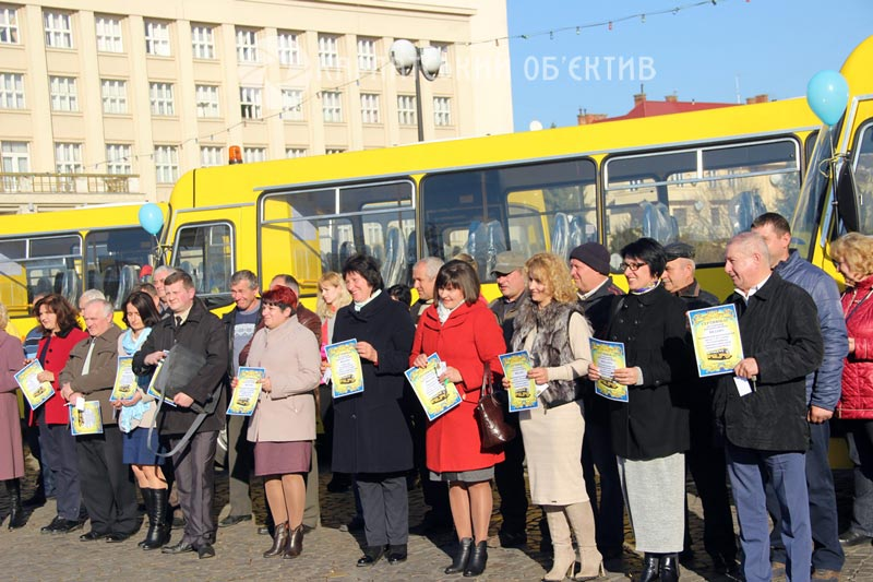 13 шкіл Закарпаття отримали новенькі автобуси. ФОТО