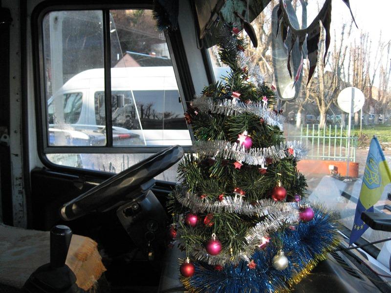 Водій прикрасив рейсовий автобус і встановив у ньому ялинку (ФОТО)