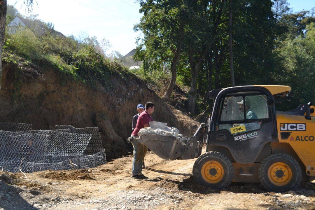 На Хустщині відновлюють дорогу, пошкоджену минулорічним паводком. ФОТО