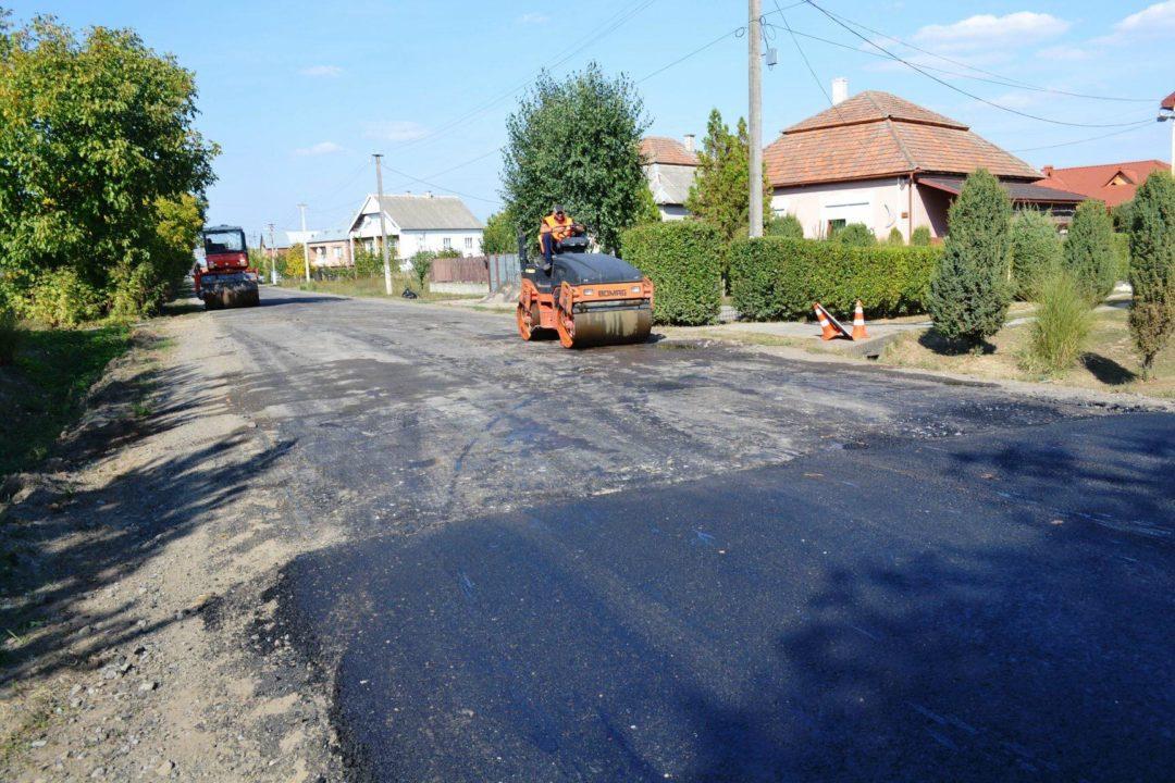 На Берегівщині ремонтують дорогу обласного значення